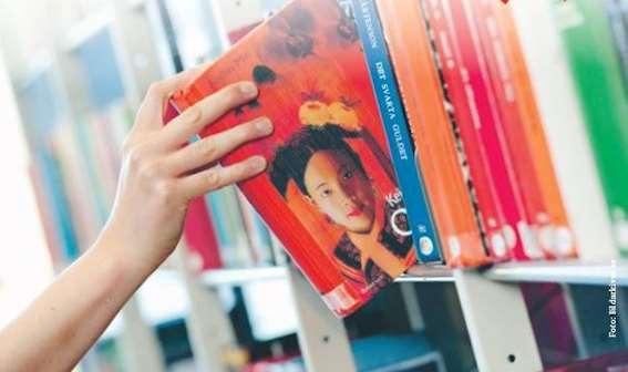 Bild på en bokhylla