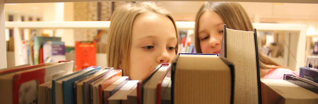 Skolelever tittar på böcker