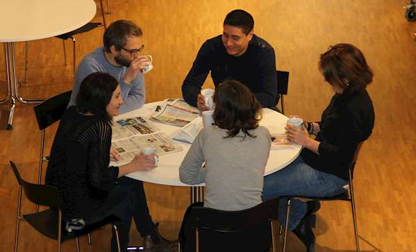 Fem personer vid ett bord