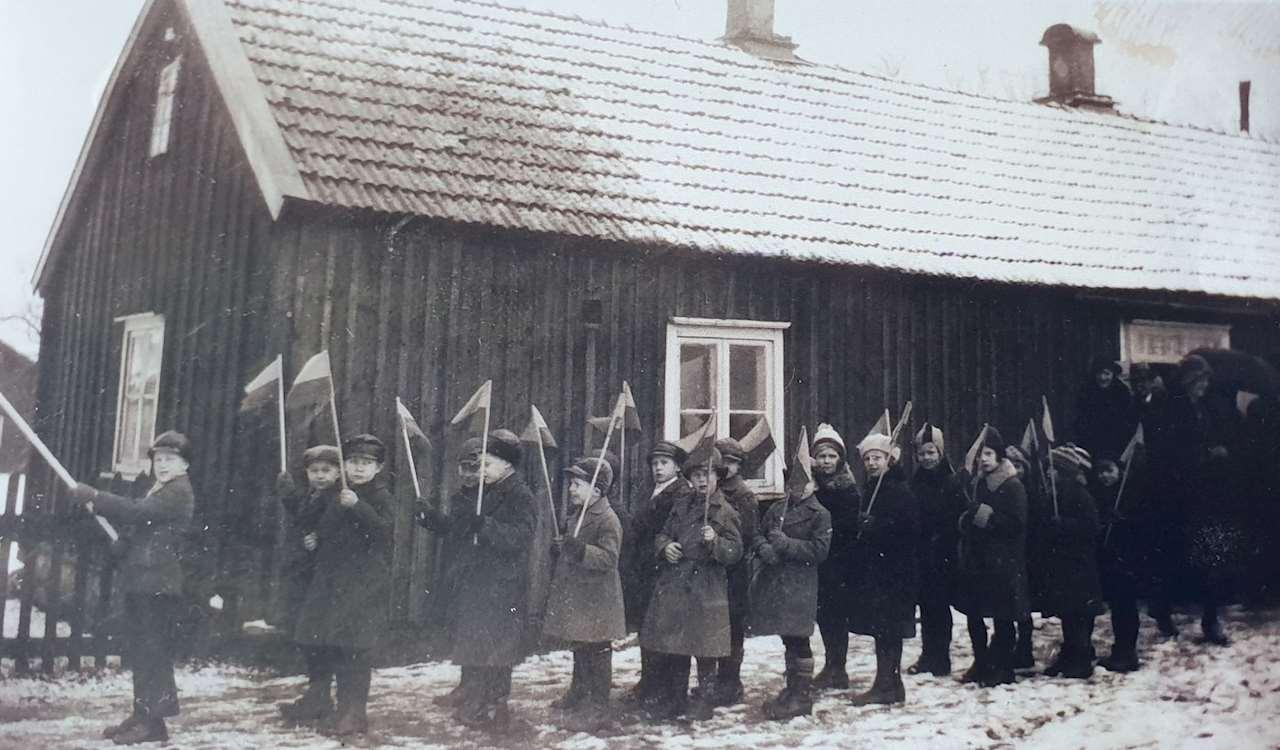 Flaggparad framför skolan